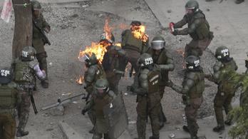 Molotov-koktéllal támadnak a chilei tüntetők a rendőrökre