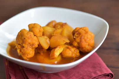 Krumpli és karfiol még sosem volt ilyen izgalmas: indiai fűszeres egytálban találkoznak