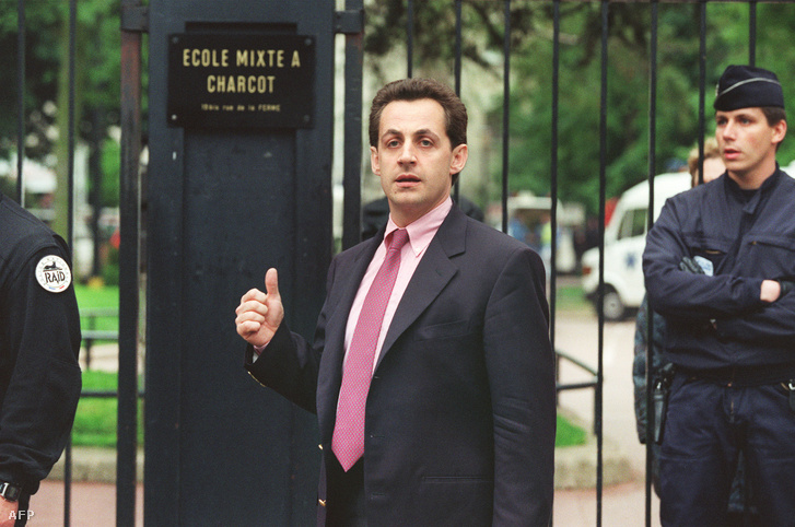 Nicolas Sarkozy polgármester 1993. május 13-én a párizsi óvóda épülete előtt