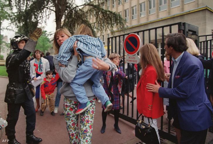 A párizsi óvodából kiszabadított gyerek hozzátartozójával 1993. május 13-án