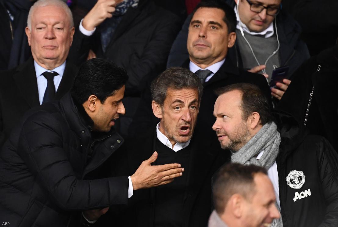 Nasser El-Khelaifi a PSG elnöke, Nicolas Sarkozy és Ed Woodart a Manchester United ügyvezető alelnöke beszélgetnek az UEFA Bajnokok Ligája 16. fordulójában játszott PSG-Manchester mérkőzésen 2019. március 6-án