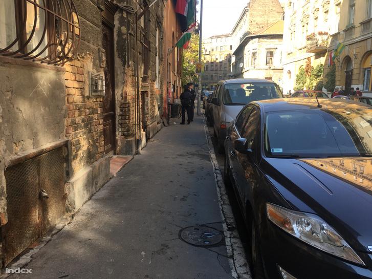 Rendőrök az Auróra bejáratánál az incidens után október 23-án