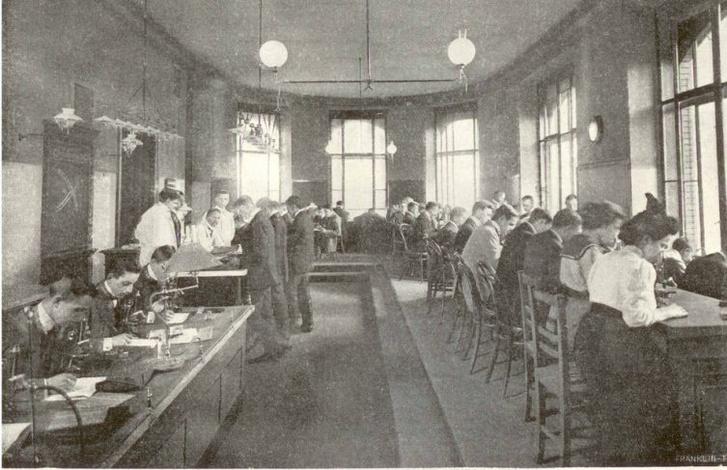 Hallgatók a II. Sz. Anatómiai Intézet szövettani laboratóriumában (1897)