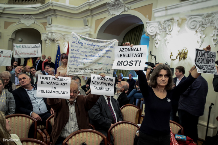 Protesters demanding the Assembly to put an immediate end to the Liget Project.