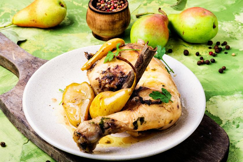 Csirkét sütni nem nagy ügy. A fűszerezésen sok múlik, de még zamatosabb lesz a hús, ha gyümölcsöt is teszel a tepsibe. A körtéhez könnyű hozzájutni. Az édes és a sós ízek kedvelőinek nagy kedvence lesz ez a könnyű fogás.