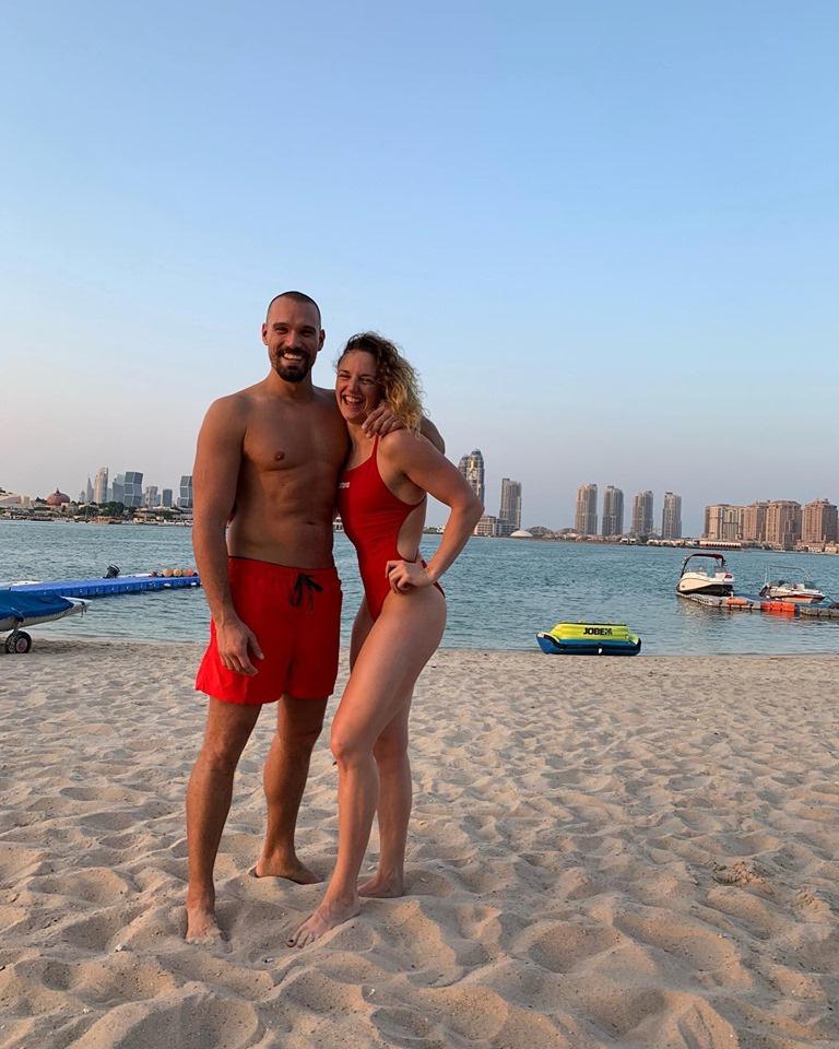 Hosszú Katinka igazi Baywatch-bombázó, ahogy a párja is sármos vízimentőnek tűnik Katar fővárosában, Doha tengerpartján.