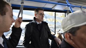 Karácsony Gergely buszozott a kormányülésre, és konstruktív beszélgetésre számít