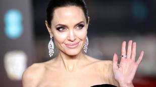 Angelina Jolie megmutatkozott teljes valójában - csak egy átlátszó fátyol fedi a testét