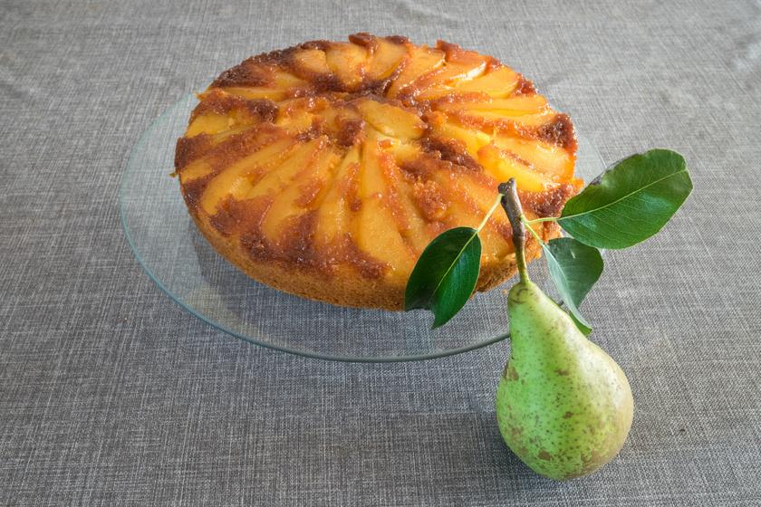 Karamellizált körtés süti: pakold fordítva a tepsibe a hozzávalókat