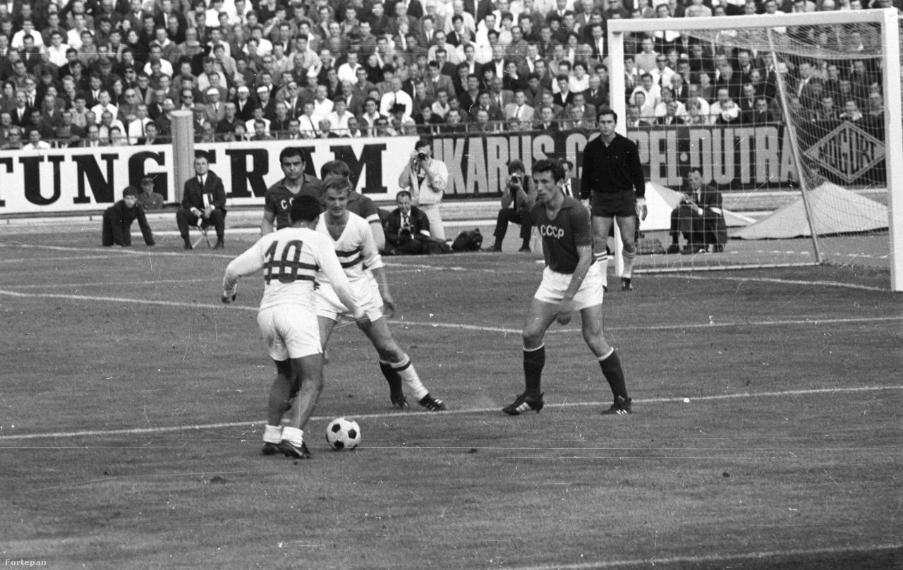 Az 1968-as Európa-bajnokság-selejtezőjében a szovjet válogatott várt a magyarokra. A mérkőzésre nem csak a játékos és edzők, hanem az állambiztonsági szolgálatok is készültek – derül ki Takács Tibor Szoros emberfogás című könyvéből. A meccsre a Belügyminisztérium III/III-2. Osztálya nyolc operatív tisztet vezényelt ki. A készültség érthető is volt, mert a budapesti találkozóra több szurkoló is érkezett a megszállt Csehszlovákiából. Azonban az előzetes félelmek nem igazolódtak be, a magyar válogatott tizenkét év után, Farkas és Göröcs góljaival újra nyerni tudott a szovjetek ellen (2-0). Az egyetlen említésre érdemes dolog a BM számára az volt a meccsről, hogy a Csehszlovákiából érkező szurkolók hangosan szidták a szovjeteket, és egy transzparenst is kiakasztottak, amin üdvözölték a magyar csapatot, és hogy a szovjetek nem fognak kijutni az olaszországi Eb-re.