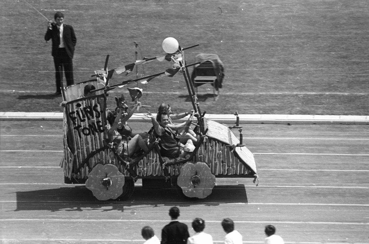 A Népstadion nem csupán a sportról, hanem a szórakoztatás más módjairól is szólt. Ma már szinte hihetetlen, hogy a hatvanas évektől kezdve nézők tízezreit vonzotta, hogy a kor közkedvelt színészei és újságírói sportszárat és stoplist húztak, és a Színész-Újságíró Rangadókon (SZÚR) mérték össze a tudásukat. Az 1969-es SZÚR-on például a Flinstone család rajzfilmsorozat legendás szinkronhangjai: Psota Irén, Bálint Erzsébet, Csákányi László és Márkus László vonultak fel egy kőkorszaki mobilon a Népstadionban.