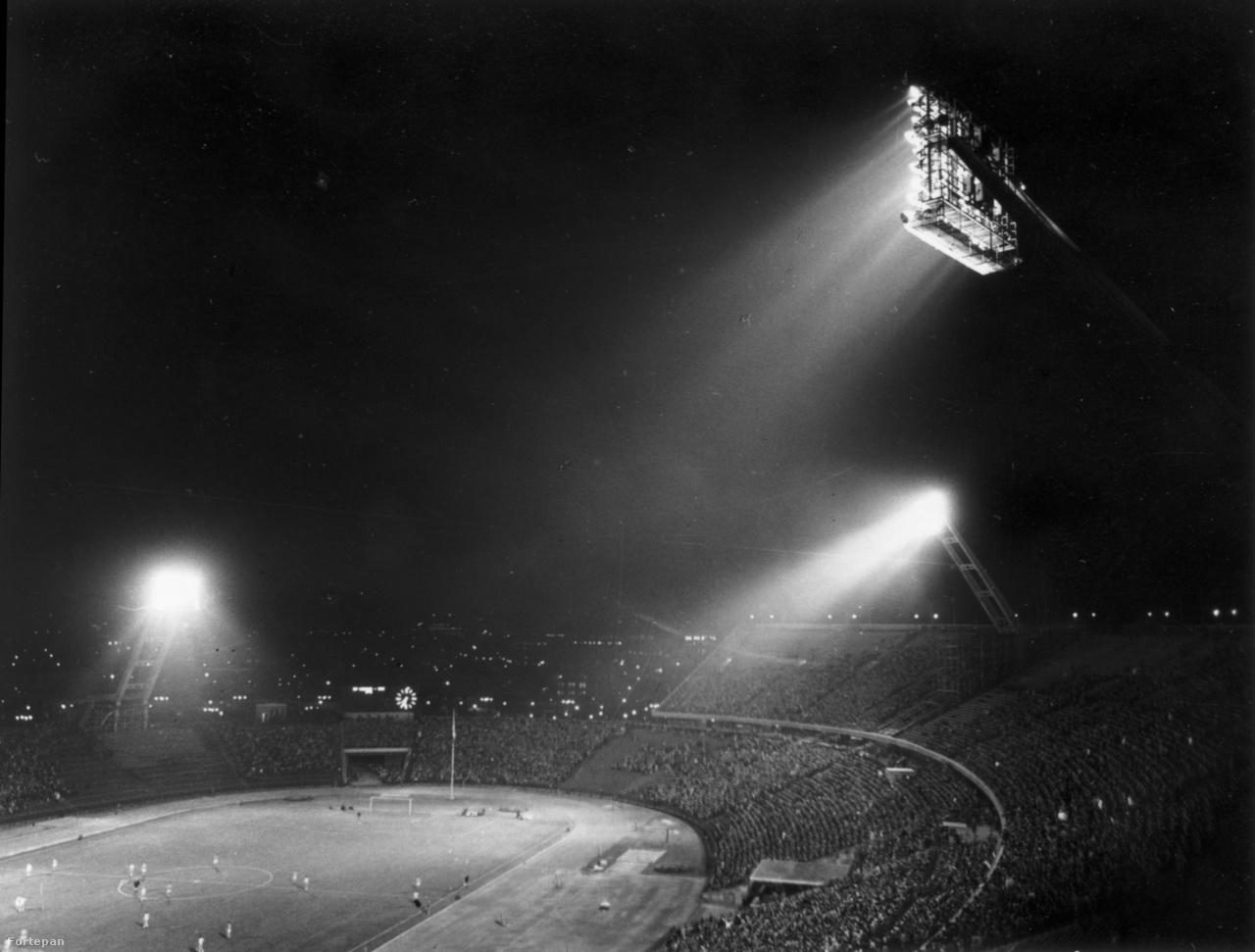 A stadionban csak 1959-ben épült ki a villanyvilágítás, az első esti meccset pedig szeptember 9-én játszották le a Népstadionban. A Közép-európai kupa döntőjének visszavágóján a Budapest Honvéd 2-2-t játszott az MTK-val, és így 6-5-ös összesítéssel megnyerte a kupát. A helyszínen hatvanezer néző nézte végig a két pesti csapat döntőjét. A fővárosi csapatok közti kettő rangadók 1973-tól váltak rendszeressé a Népstadionban. A fokozatosan csökkenő érdeklődés miatt az utolsó kettős rangadókat 1987. május 2-án rendezték, és az Újpesti Dózsa-Budapest Honvéd (2-1), és Ferencváros-Vasas (3-1) mérkőzésekkel egy három évtizedes korszak zárult le a magyar futball történetében.