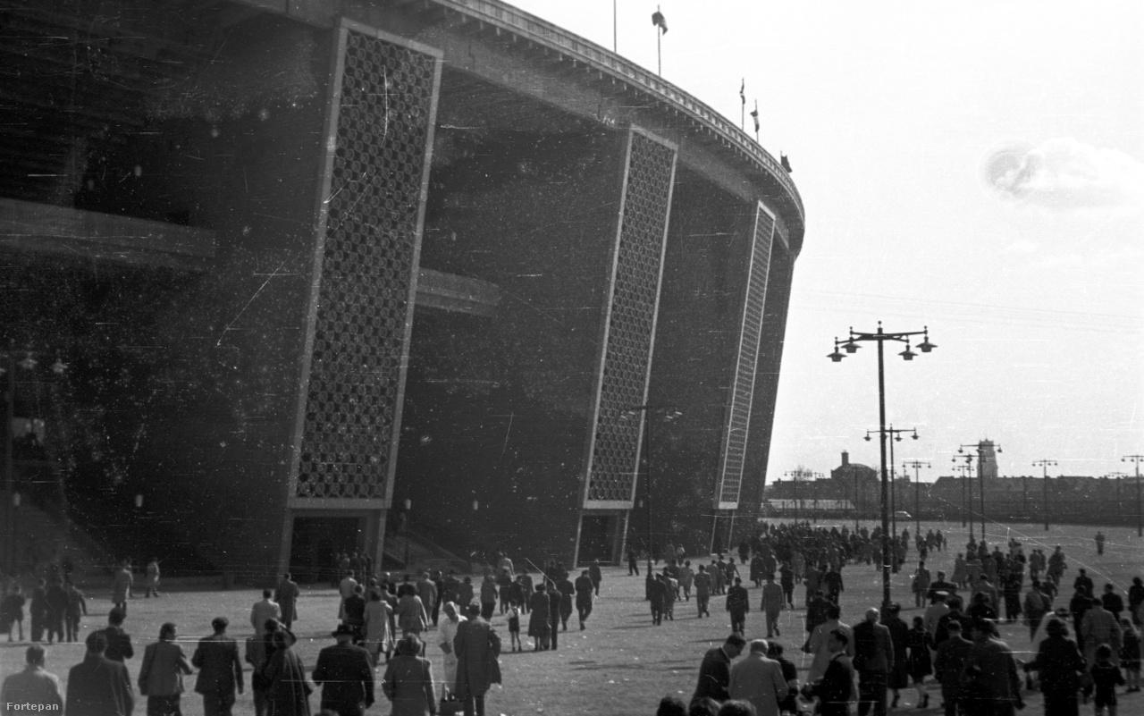 """A második világháború után, a romokban álló Budapesten az újjáépítési láz adott új lendületet a nemzeti stadion már régóta húzódó ötletének is. Hajós ekkor elvetette a korábbi terveit, és csak a régi lóversenypálya helyére összpontosított. 1947-ben a közmunkatanács úgy döntött, hogy a területen hatvanezres """"Népi Stadion"""" fog épülni. A stadion megtervezésére végül az Állami Építéstudományi Intézet középítési osztálya kapott megbízást, a munkát ifj. Dávid Károly osztályvezető, valamint Juhász Jenő és Kiss Ferenc építészek végezték el. Az építkezés 1948-ban, Tildy Zoltán kapavágással kezdődött, majd a Vorosilov (Stefánia) út és a Dózsa György út között öt év alatt felépült az észak-déli tájolású, 70 ezres Népstadion. """"A hatalmas ipari és szociális beruházások egyszerre szolgálták a kitűzött fejlesztési célokat és a párt ideológiai propagandáját. A félelmetes gyorsasággal kiépülő diktatúra azonnal védőszárnyai alá vette a Népstadiont mint a béke, a monumentalitás és a társadalmi egyenlőség szimbólumát, és felépítését kiemelt beruházásként kezelte'- írja Zeidler Miklós. Az építkezés hivatalosan 148 millió forintba került, de a valóság ennél valószínűleg jócskán több volt. 1953-ban valójában még nem volt teljesen kész a stadion, világítása nem volt, hiányzott még húsz pilon, és a területrendezés sem valósult még meg akkor."""
