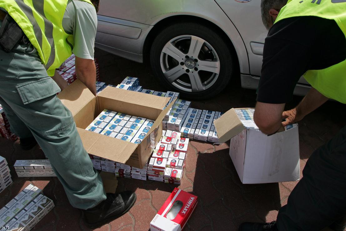 A NAV által legfoglalt csempészett cigaretta egy 2012-es fogásnál