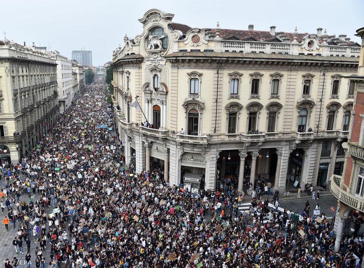 A klímaváltozás ellen intézkedéseket követelő tüntetők akik a Fridays for Future (Péntekenként a jövőért) mozgalom felhívására vonultak utcára Torinóban 2019. szeptember 27-én.