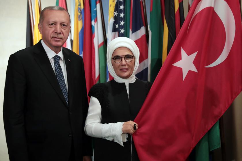 A török elnököt felesége, Emine Erdogan mindenben hűségesen támogatja.