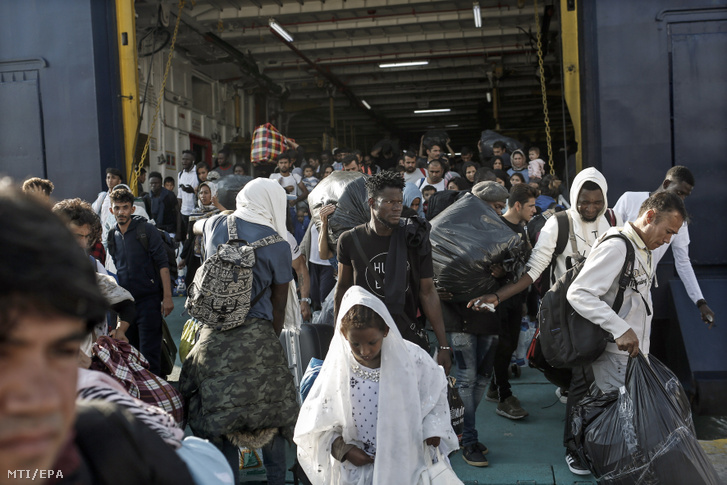 Menekültek érkeznek Számosz szigetéről komppal az Athén közelében fekvő Eléfszina kikötőjébe 2019. október 22-én.