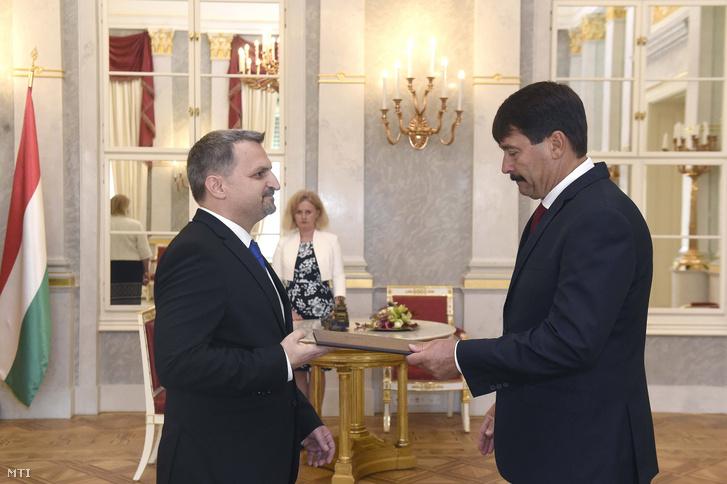Áder János köztársasági elnök (j) október 1-jei hatállyal az Országos Bírósági Hivatal elnökhelyettesévé nevezi ki Répássy Árpádot a Sándor-palotában 2019. szeptember 30-án.