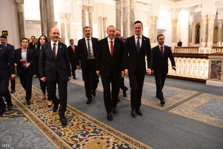 Recep Tayyip Erdogan török elnök fogadja Szijjártó Péter külgazdasági és külügyminisztert a Budapesti Folyamat miniszteri ülésének előestéjén Isztambulban 2019. február 19-én.