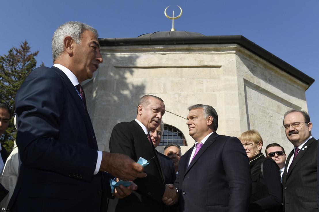 Recep Tayyip Erdogan török köztársasági elnök és Orbán Viktor miniszterelnök a Gül Baba felújított türbéjének felavatásán Budapesten 2018. október 9-én. Balról Adnan Polat török üzletember.