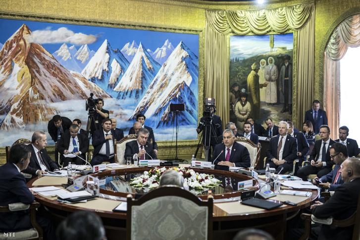 Orbán Viktor miniszterelnök felszólal a türk nyelvű államok együttműködési tanácsának VI. ülésén a kirgizisztáni Csolpon-Atában 2018. szeptember 3-án. A kormányfő mellett Recep Tayyip Erdogan török és Savkat Mirzijojev üzbég államfő, mögötte Semjén Zsolt miniszterelnök-helyettes és Szijjártó Péter külgazdasági és külügyminiszter.