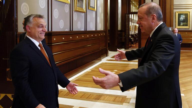 Miért udvarol Orbán Erdoğannak?