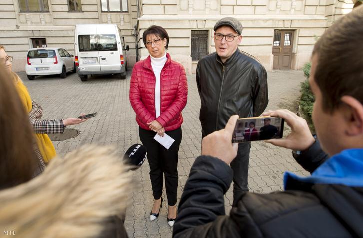 Pollreisz Balázs, az MSZP győri szervezetének elnöke beszél, mellette Glázer Tímea, a DK városi szervezetének elnöke, korábbi polgármesterjelölt a szerdai sajtótájékoztatón a győri városházánál.