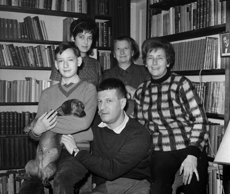 Karinthy Ferenc író családi körben, 1963-ban. Balra fia, Karinthy Márton, jobbra felesége, Boros Ágnes.