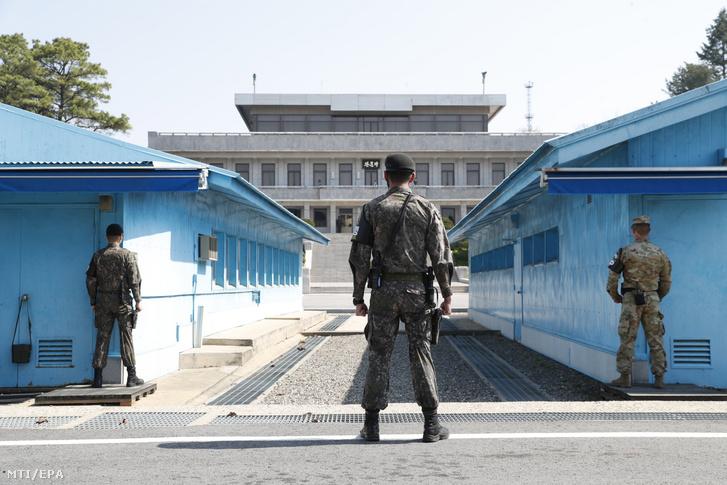 Dél-koreai katonák a két Koreát elválasztó panmindzsoni demilitarizált övezet déli oldalán