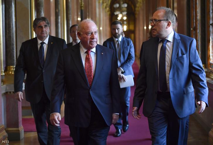 Németh Zsolt az Országgyűlés külügyi bizottságának fideszes elnöke (j) bemutatkozó látogatáson fogadja David B. Cornsteint az Egyesült Államok új budapesti nagykövetét (k) az Országházban 2018. július 9-én.