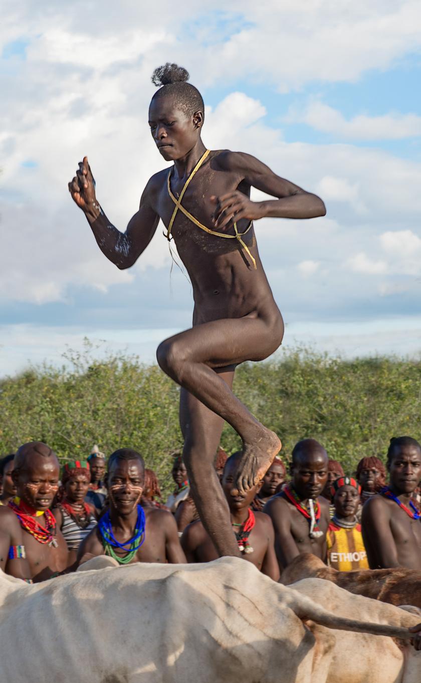 A férfivá válás rituális szertartásán a fiúknak 15 szarvasmarhán kell meztelenül átugrálniuk, hogy bizonyítsák, méltó tagjai lesznek a társadalomnak, és átléphetnek a felnőttkorba. A házasság is csak ezután engedett számukra.