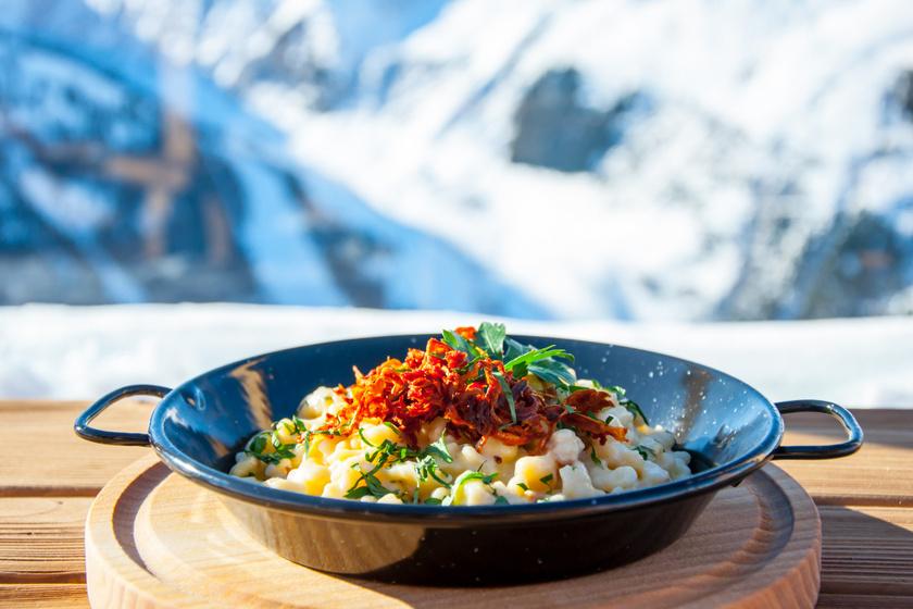 Osztrák sajtos galuska ropogós hagymával, baconnel: kedvenc alpesi éttermünk bevált receptje