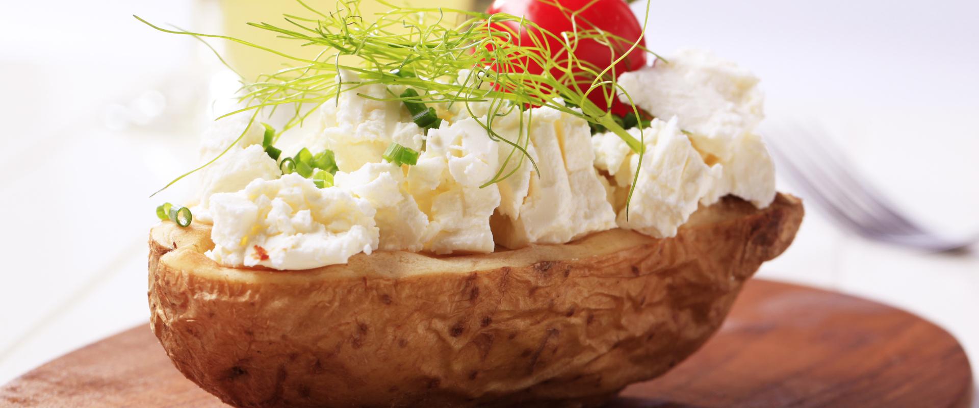 héjában főtt krumpli sajttal