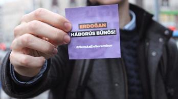 """""""Gyerekgyilkos, véreskezű diktátor"""" – matricákkal, molinókkal várja az ellenzék Erdoğant"""