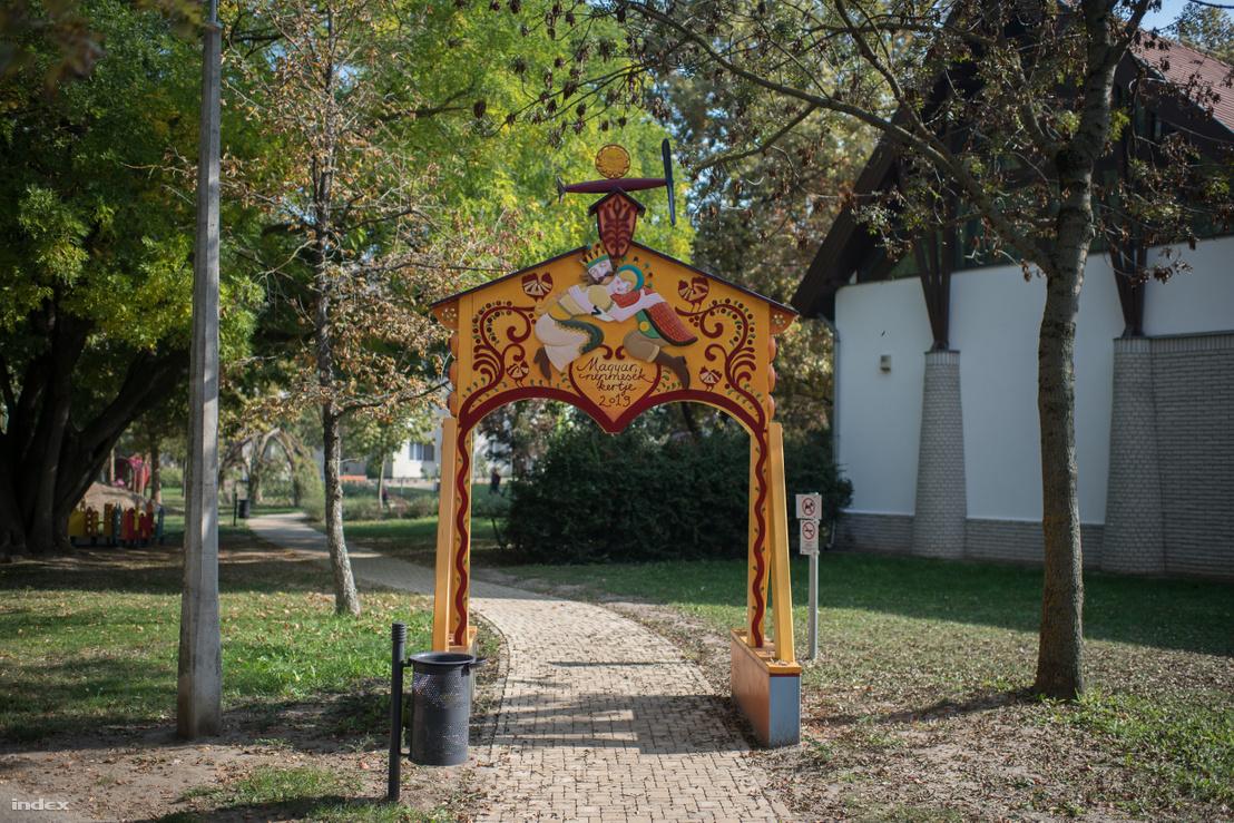 A kecskeméti Magyar népmesék kertjének kapuja