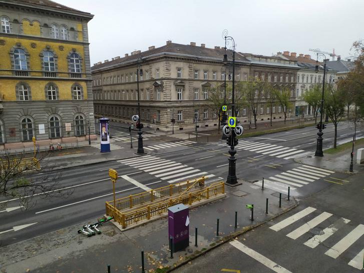 Olvasónk, geritwo Vörösmarty térnél készült fotóján látszik, hogy az Andrássyt keresztező kis utcákat is lezárták.