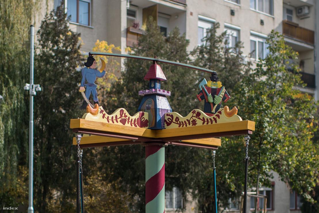 Király Kis Miklós és Holló Jankó sárkánya a játszótéren