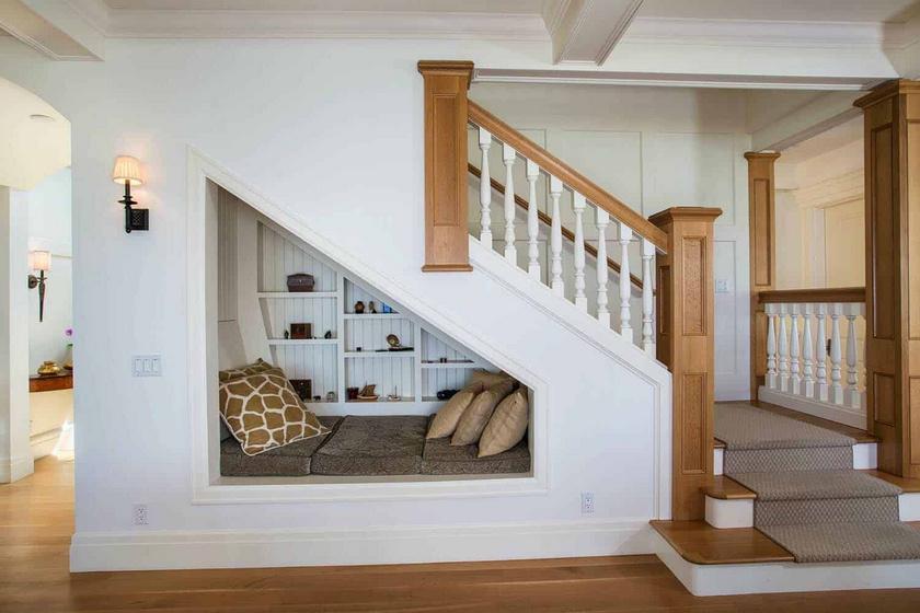 A lépcső alatti sivár területet felturbózhatod, ha egy csodás kis könyvsarkot terveztetsz oda.