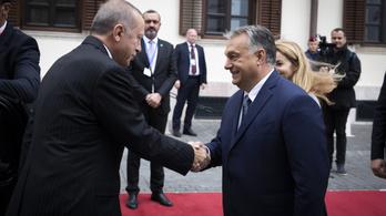 Orbán mosolyogva fogadta Erdoğant