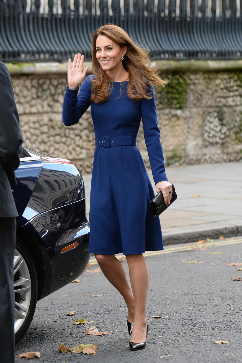 Katalin hercegné meseszépen jelent meg tegnap. Királykék ruhája gyönyörűen kiemelte az alakját.