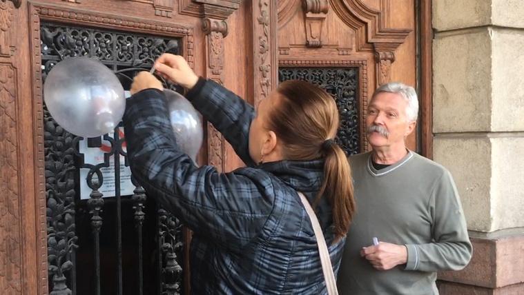 Botrány a győri városházán, kotonokat aggattak a kapura