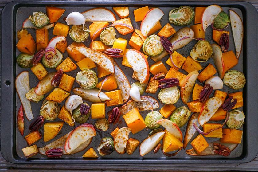 Színes, szaftos tepsis zöldségek és gyümölcsök: fejedelmi köret nem csak húsok mellé