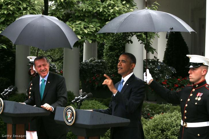 Barack Obama és Erdogan találkozója 2013-ban Washingtonban, amikor a férfi haditengerészek tartották nekik az esernyőt