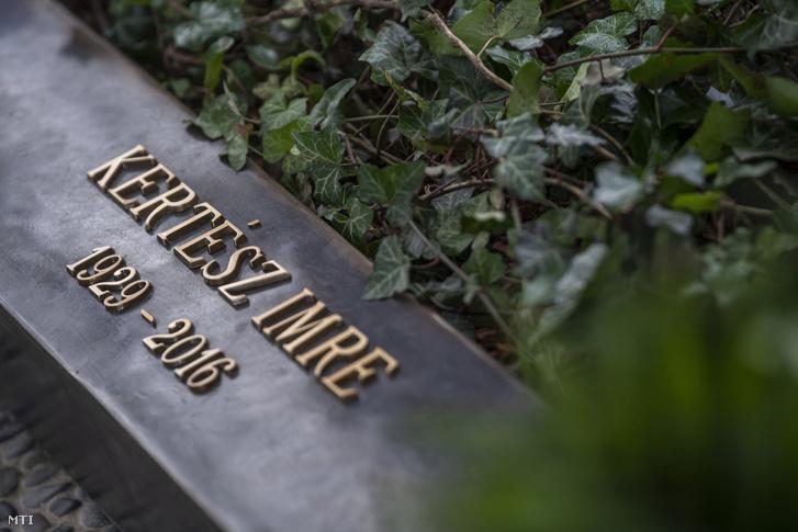 Kertész Imre író újonnan felavatott síremléke a Fiumei úti sírkertben