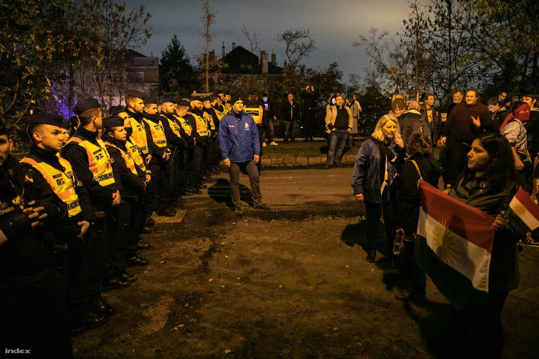 Rendőrök zárják el az utat a tüntetők elől Gül Baba türbéje közelében, ahol Erdoğan épp látogatást tett