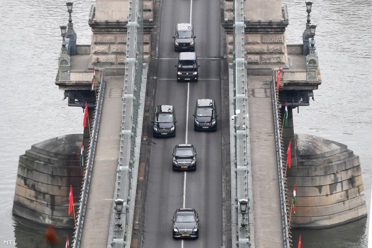 A Recep Tayyip Erdoğan török elnököt szállító konvoj áthalad a Lánchídon 2019. november 7-én