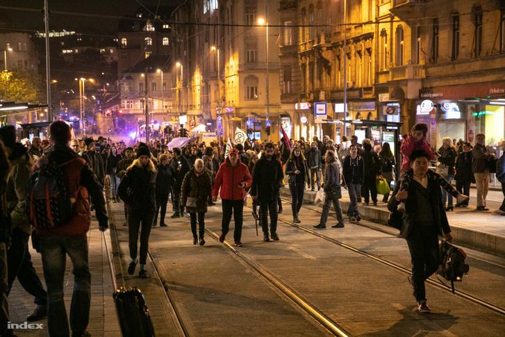 Tüntetők és hazafelé igyekvők a Margit hídnál, miután feloldották a lezárást