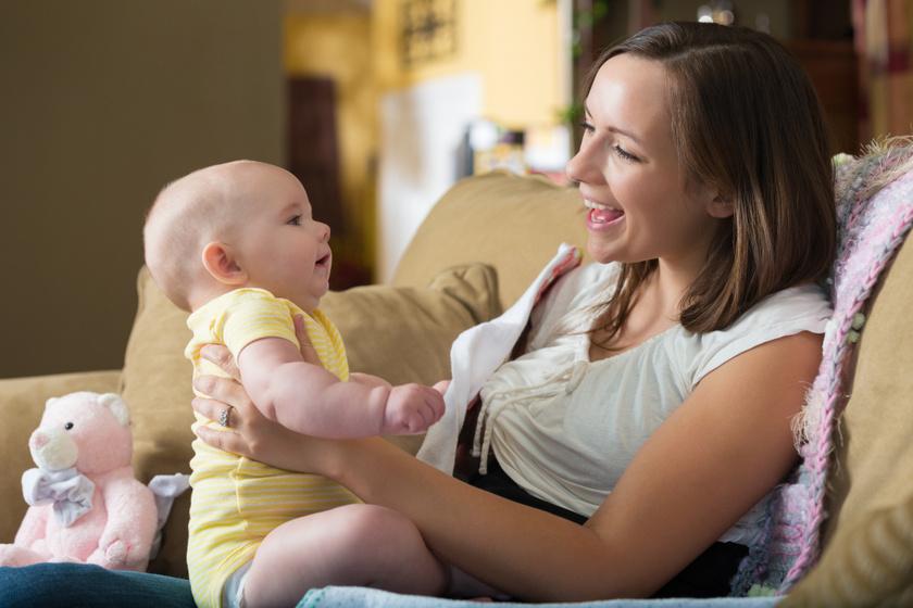 A még nem ülő babának mindig segíteni kell megtartani saját súlyát.