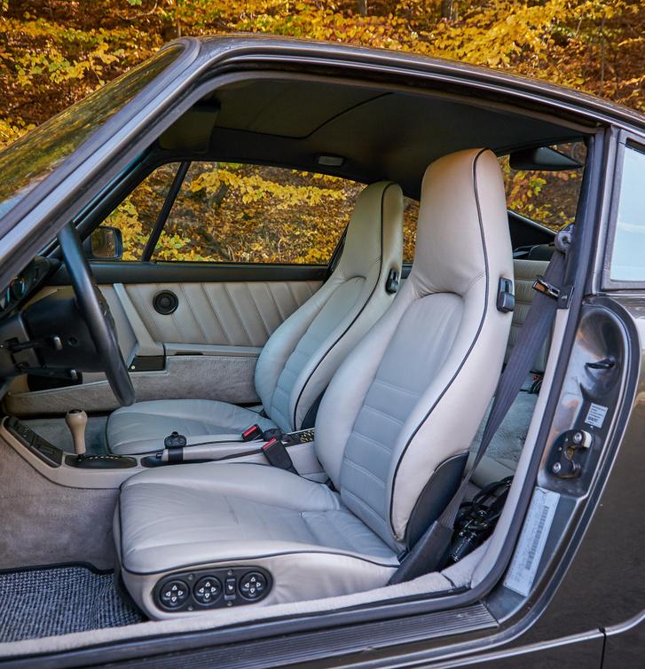 Ez a kocsi USA piacra szánt modell, így gazdagon extrázott – nem minden 964 ülése állítható 12 irányban elektromosan