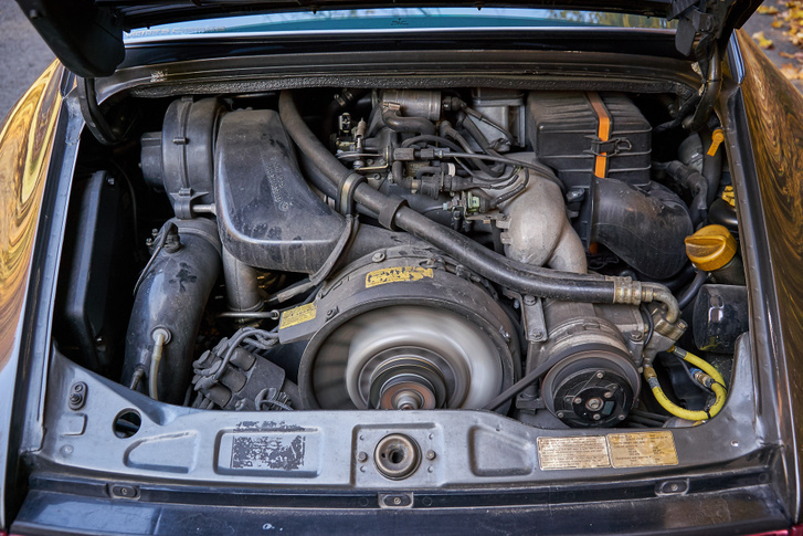 Az M64 boxert léghűtésesnek mondják, de szárazkarteres-olajhűtős rendszerében több, mint 11 liter motorolaj kering, ami a hőháztartásból is kiveszi a részét